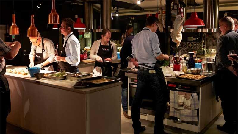 Grupp människor lagar mat. Författad av Annika Wihlborg