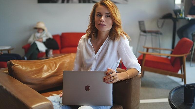 """Yasmine Morrison arbetar på sitt tillfälliga """"kontor"""" i Mexico."""