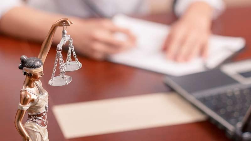 Dra av jurist, rättegångs- och advokatkostnader