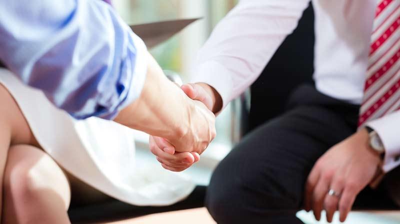 Skriv anställningsavtal som säkrar företagets rätt till de anställdas arbetsresultat