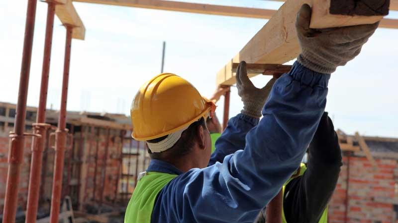 Byggfirma renoverar fastighet. Författad av John Knutsson