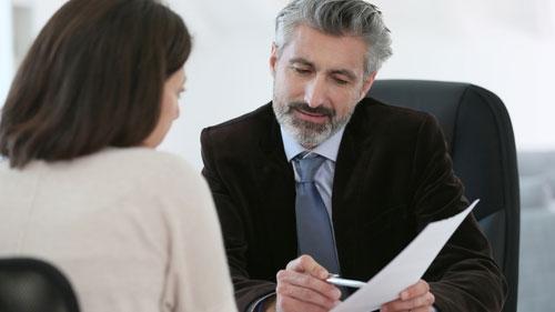 Jurist går igenom ett mål med klient