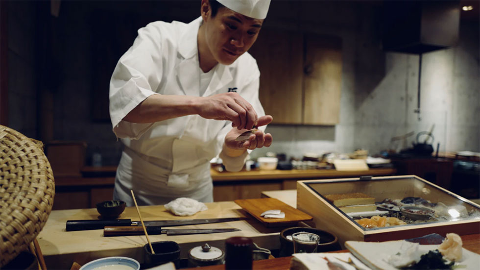 Sushikock förbereder affärslunch i Tokyo, Japan.