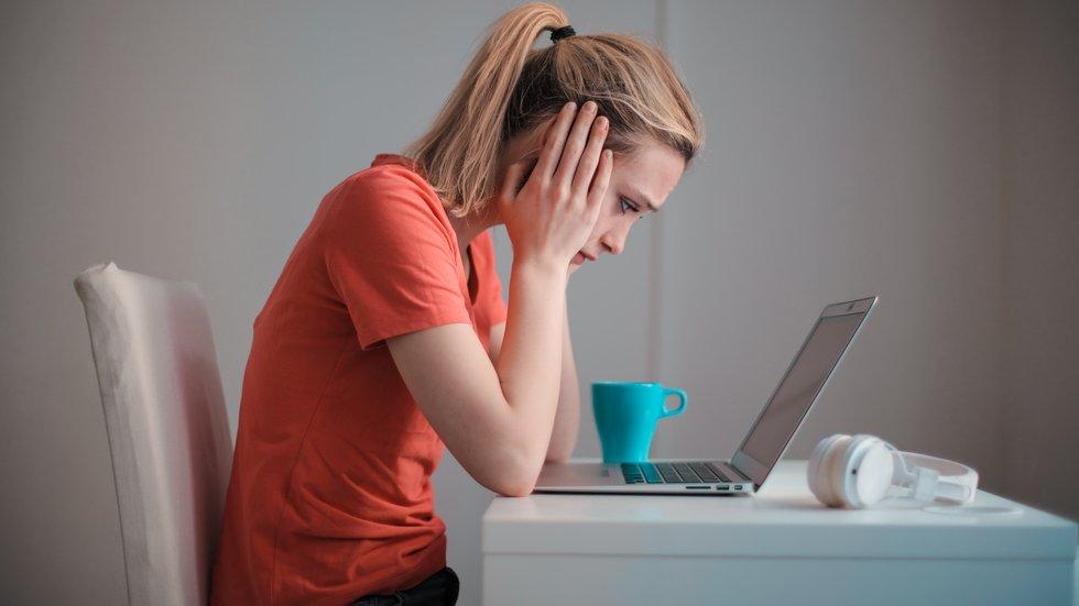 Foto: Pexels/Andrea Piacquadio – En kvinna sitter vid sin laptop