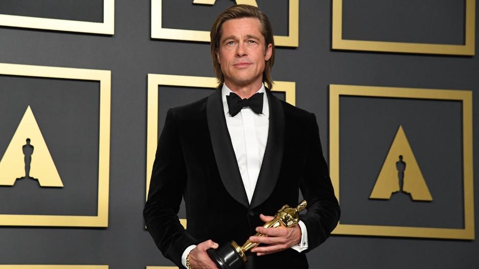 Bild på Brad Pitt med Oscarsstatyett i handen på Oscarsgalan 2020