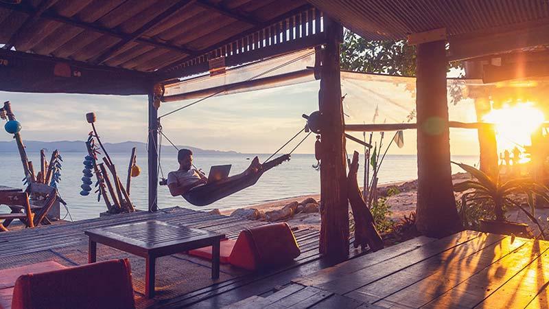 Digital nomad jobbar från hängmattan någonstans i Asien.