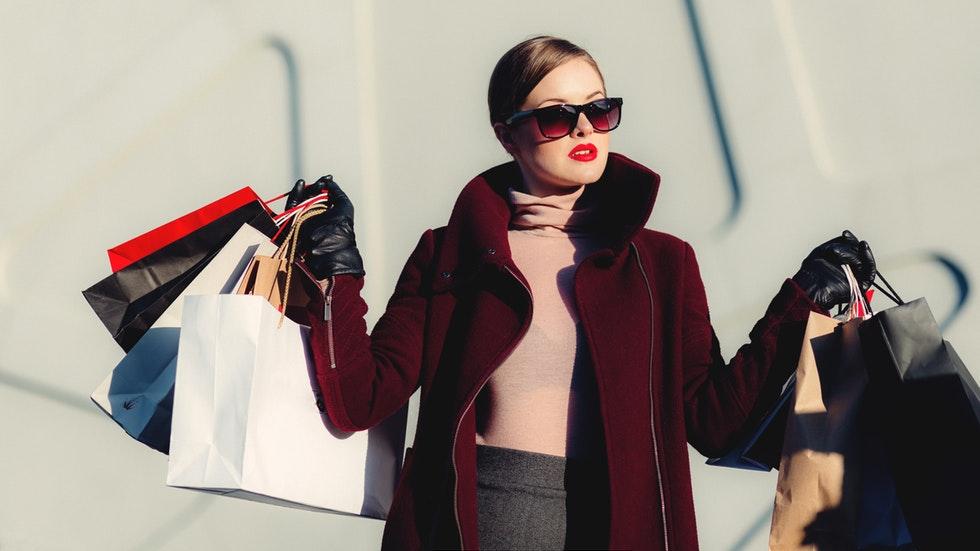 Foto: Pexels/freestocks.org - kvinna som shoppar.