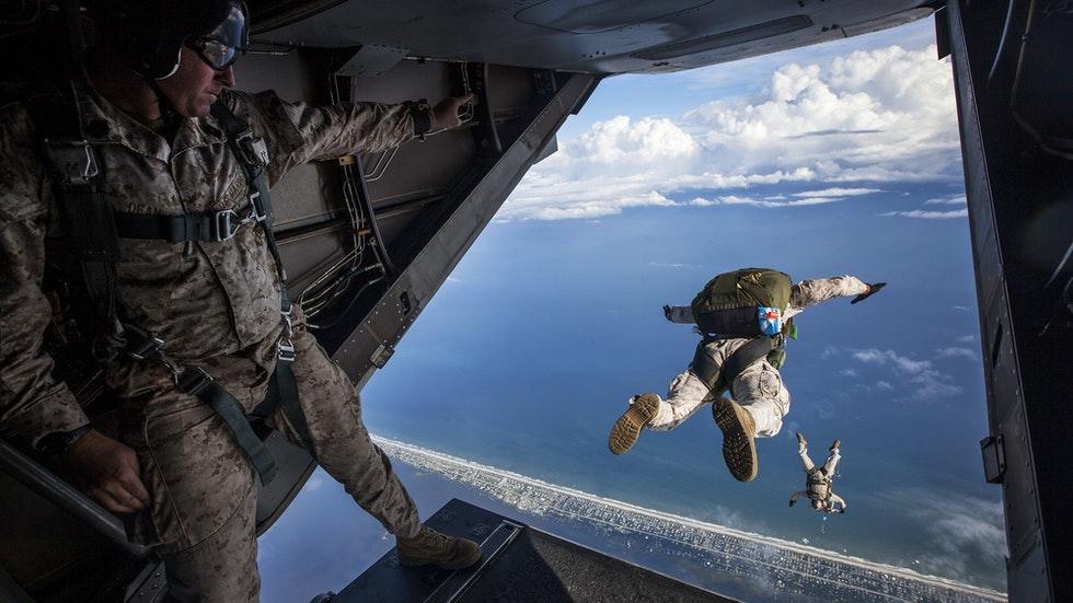Foto: Pexels/Pixabay – Fallskärmsjägare som hoppar från ett flygplan