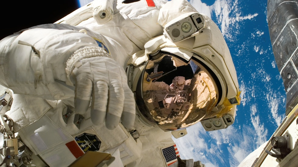 "Foto: Pexels/Pixabay – en amerikansk astronaut ""promenerar"" i rymden."