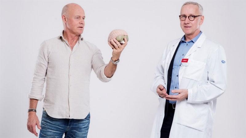 Skådespelaren Stefan Sauk och hjärnforskaren Jan Marcusson lär andra att bemästra sin talarskräck
